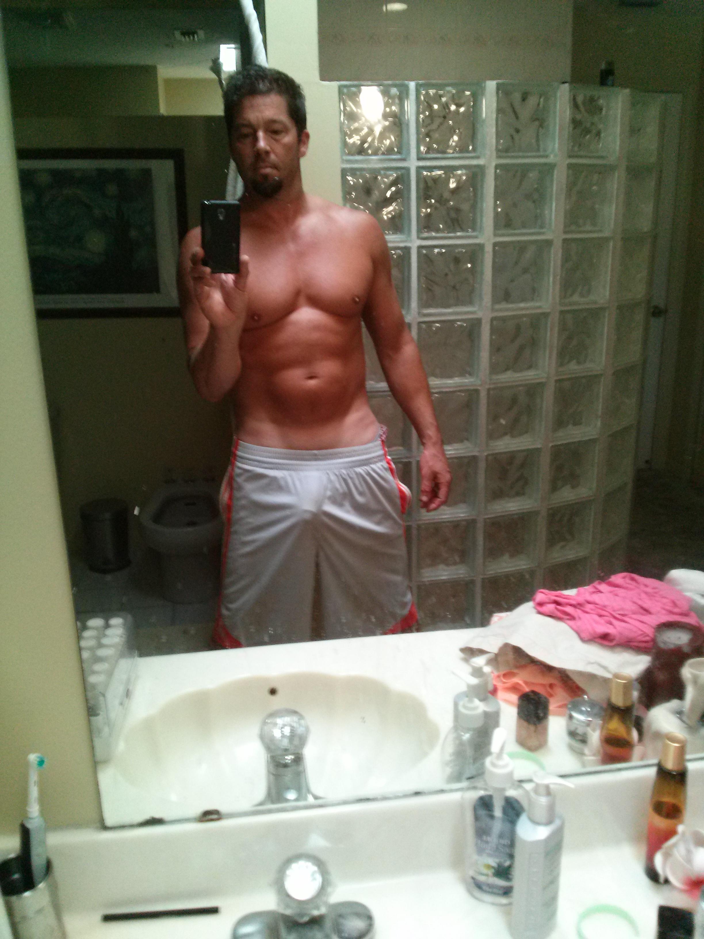 Free Hot Guy Wallpapers - Hot Man In Bath Selfie - HD Wallpaper