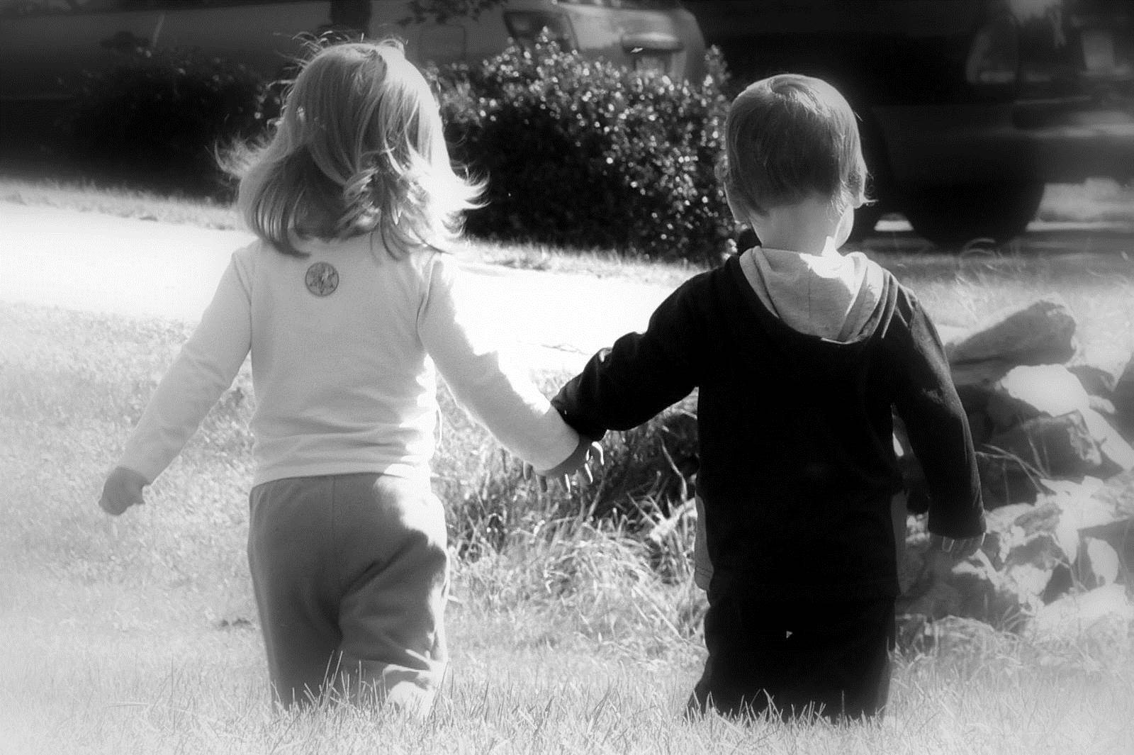 Girl Boy Love Kiss Wide Hd Wallpaper Stylish Hd Wallpapers - Cute Baby Couple Holding Hands - HD Wallpaper