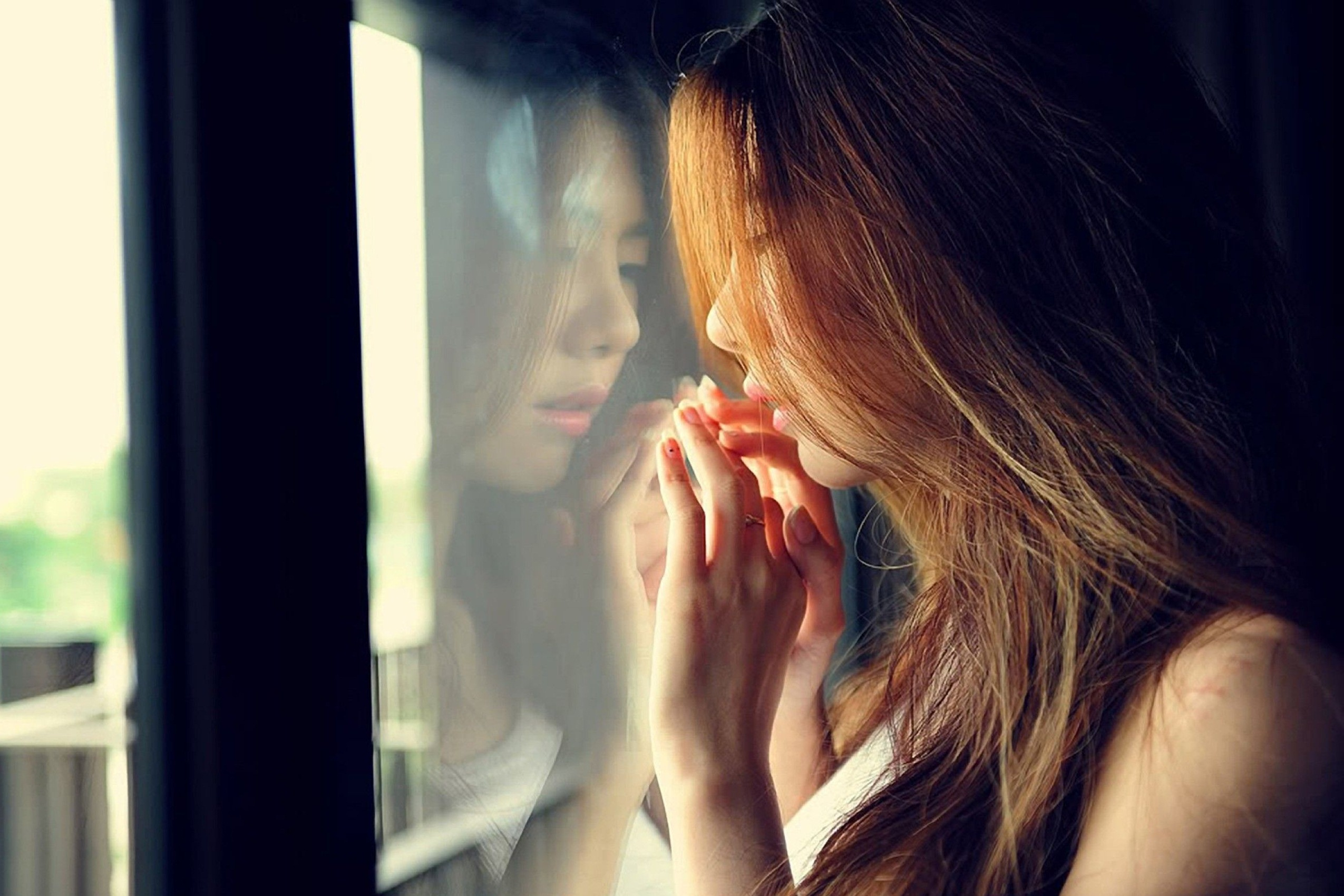 Alone Sad Girl Hd Wallpaper - Lonely Sad Girl Looking Out The Window - HD Wallpaper