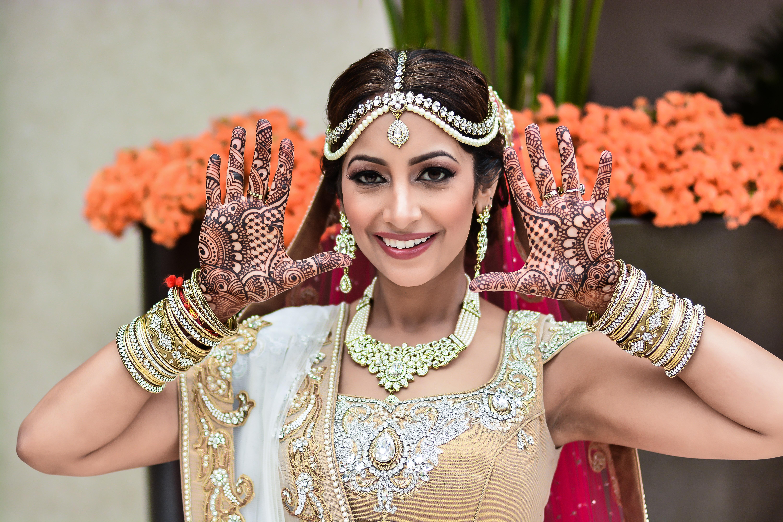 Neena Chintan Indian Wedding Venue Hotel Irvine Wedding - Indian Bride Showing Mehendi - HD Wallpaper