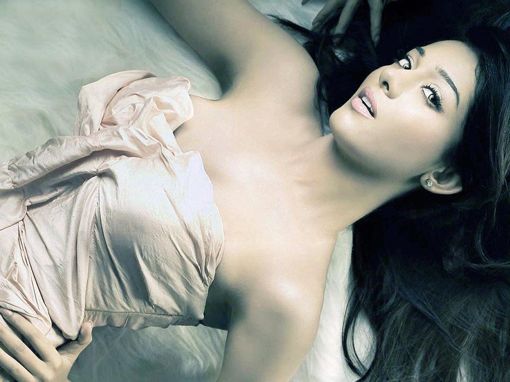 Amritha Rao Bollywood Actress - Hot Lying On Bed - HD Wallpaper
