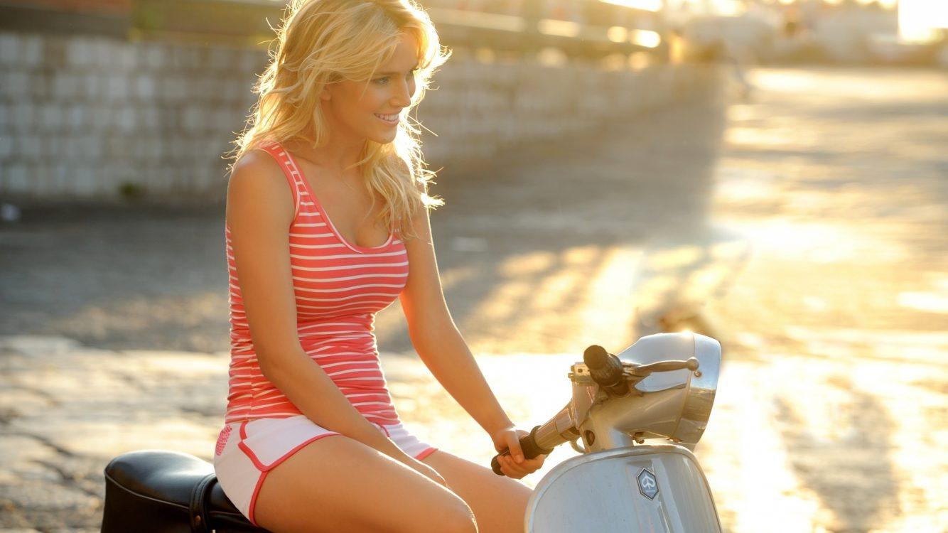 4k Beautiful Girl Riding A Vespa Scooter Wallpaper - Luisana Lopilato Vespa - HD Wallpaper