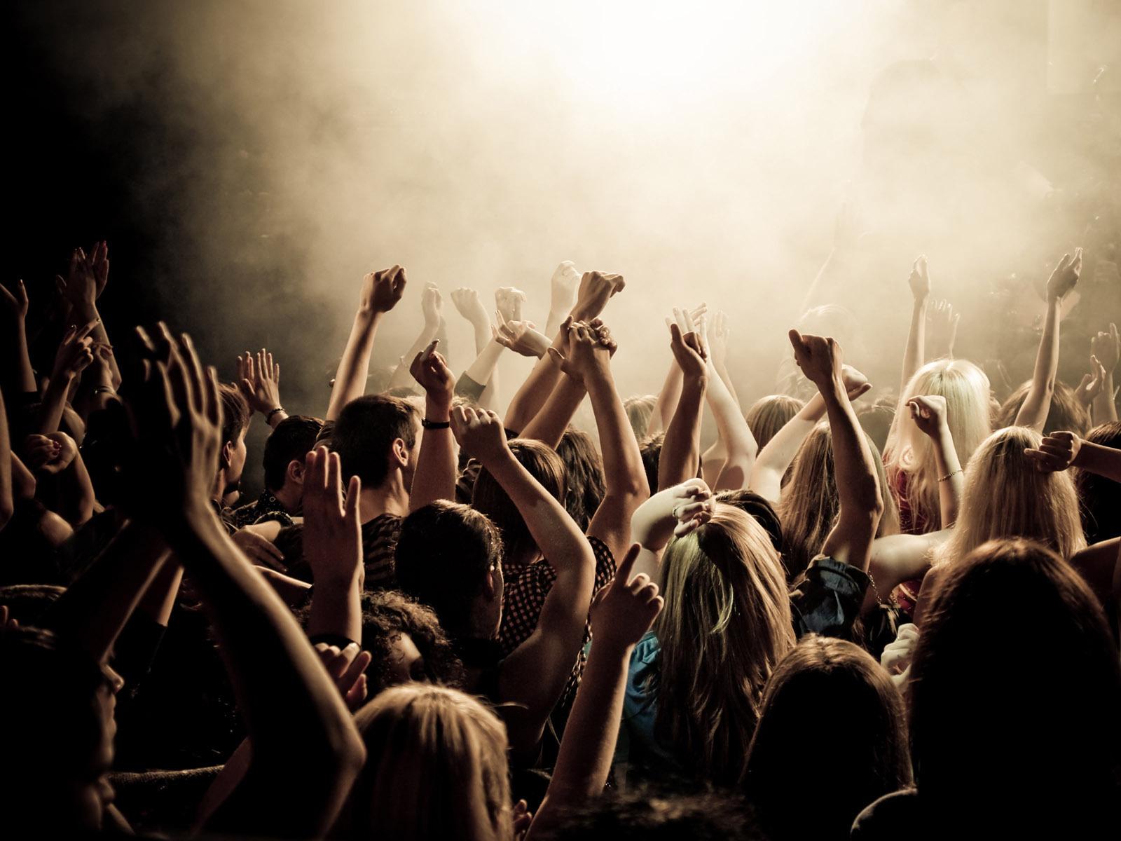 People Dancing Wallpaper Hd Wallpapers People Dancing In Concert 1600x1200 Wallpaper Teahub Io