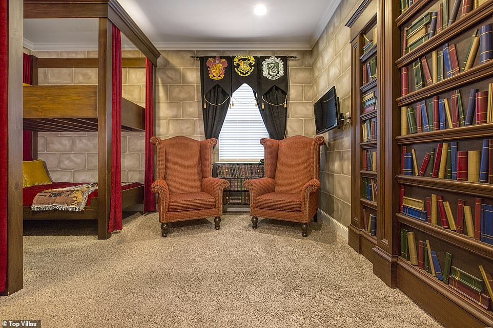 Guests At The Villa Can Pretend They Are In Living - Harry Potter Loft Bed - HD Wallpaper