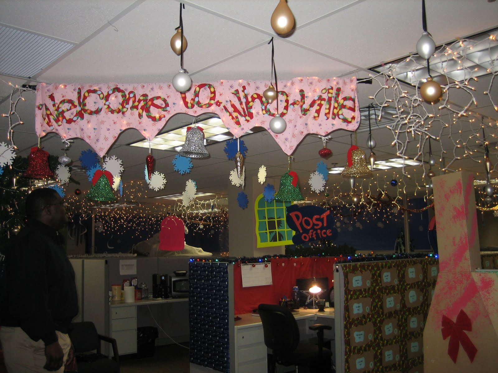 Whoville Office Christmas Decorations 1600x1200 Wallpaper Teahub Io