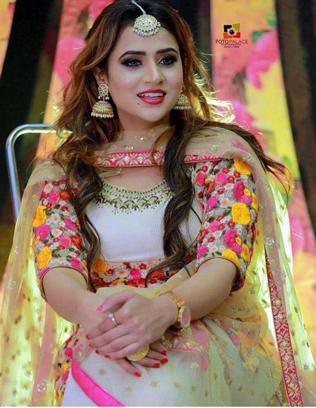 Beautiful Punjabi Girl In Salwar Kameez & Dupatta Wallpaper - Beautiful Girl Pic Punjabi - HD Wallpaper