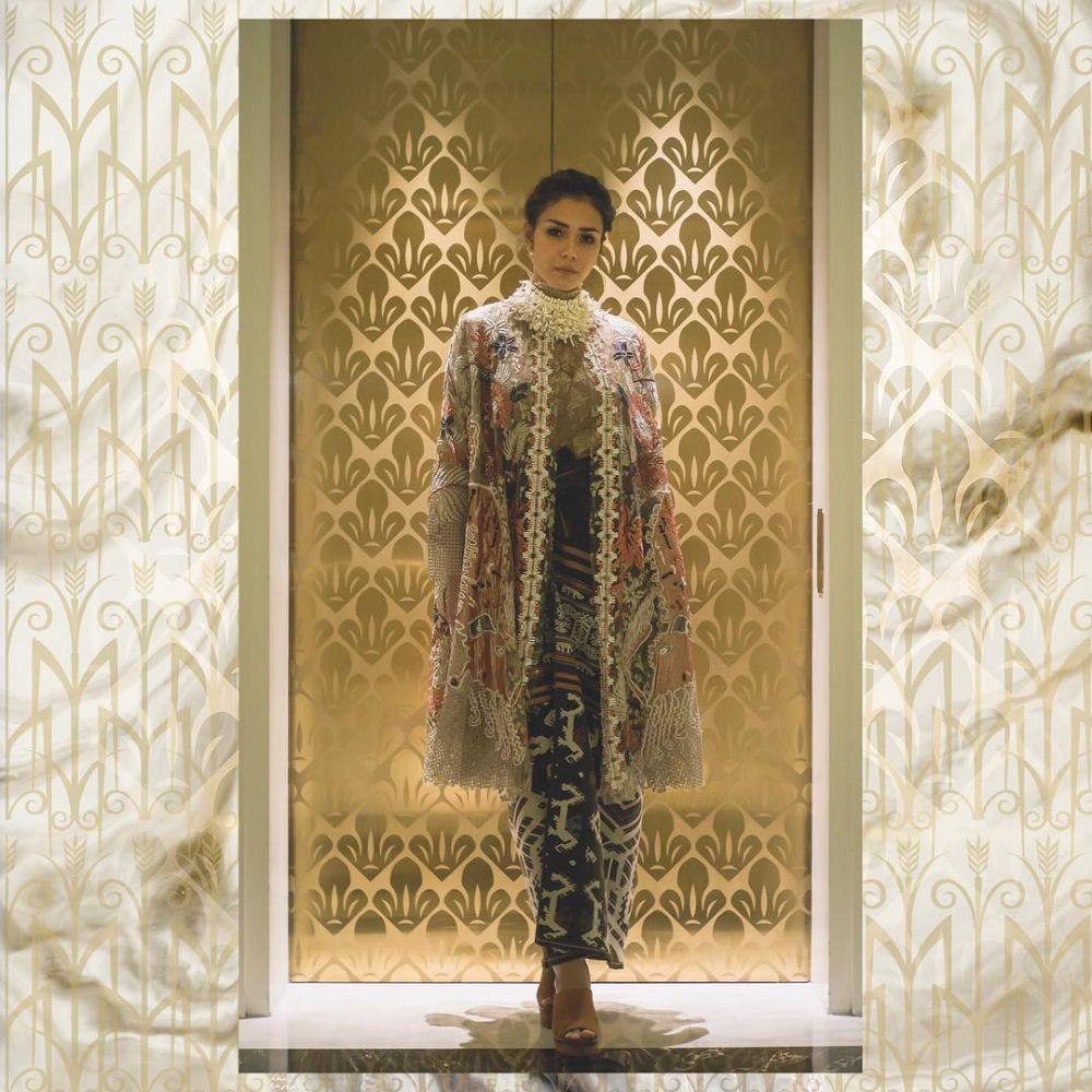 Simple Dan Keren, 8 Desain Batik Modern Ala Seleb Tanah ...