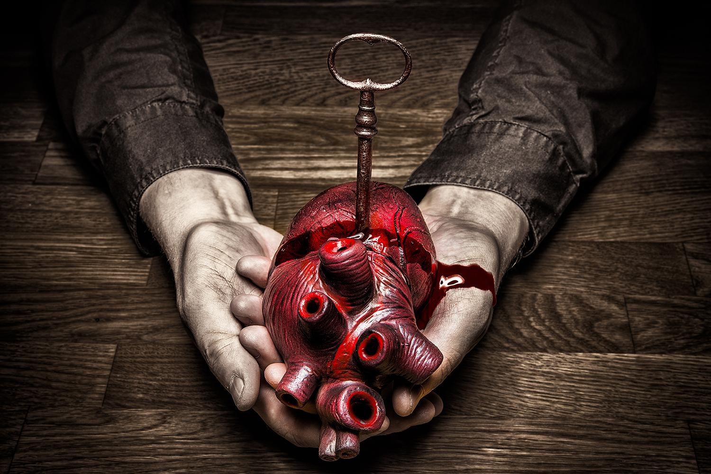 Photo Wallpaper Key To My Heart - Bleeding Heart In Hand - HD Wallpaper