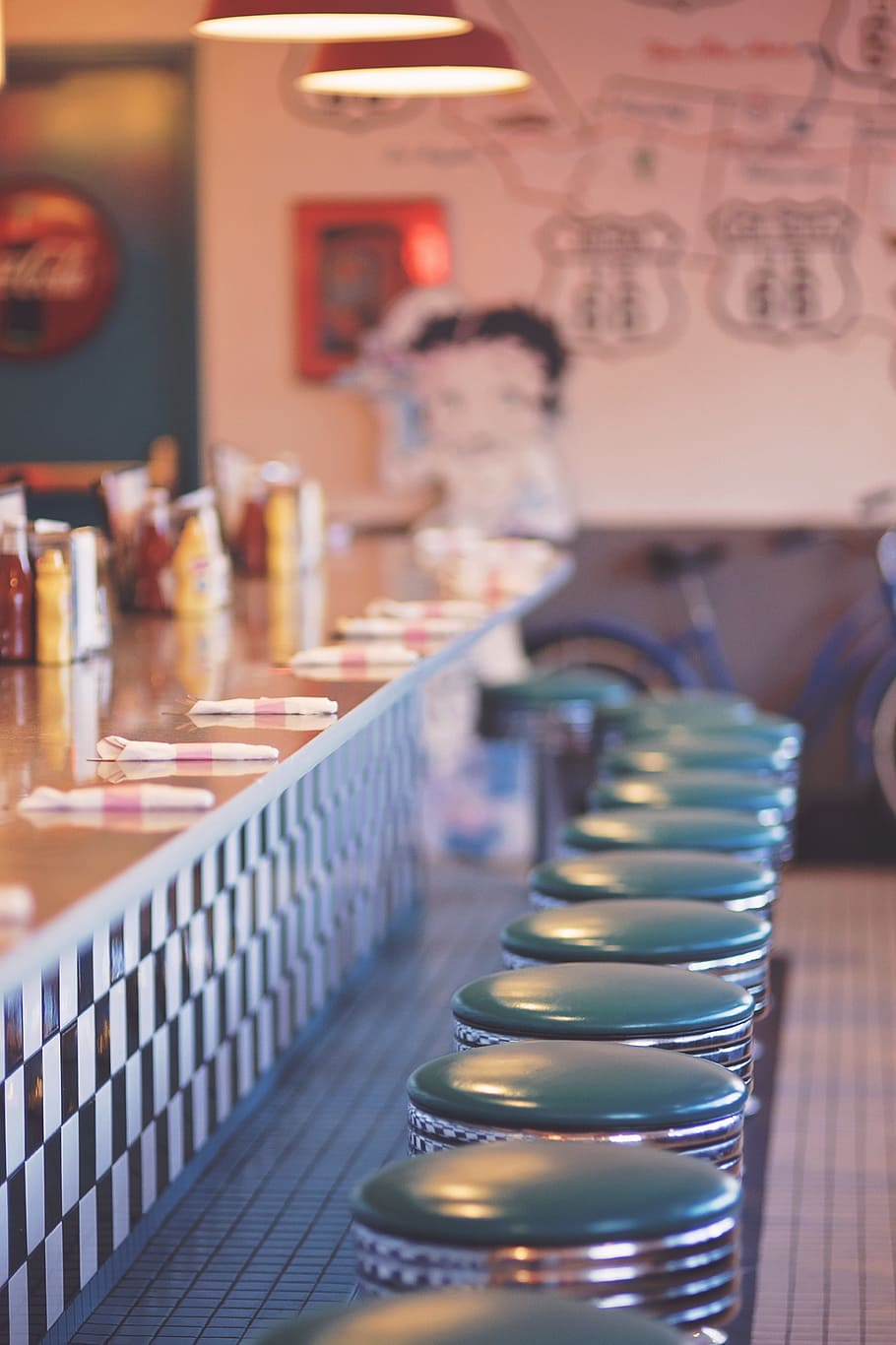 Counter Table With Bar Stool Chairs Selective Focal - Love 24 7 Quotes - HD Wallpaper