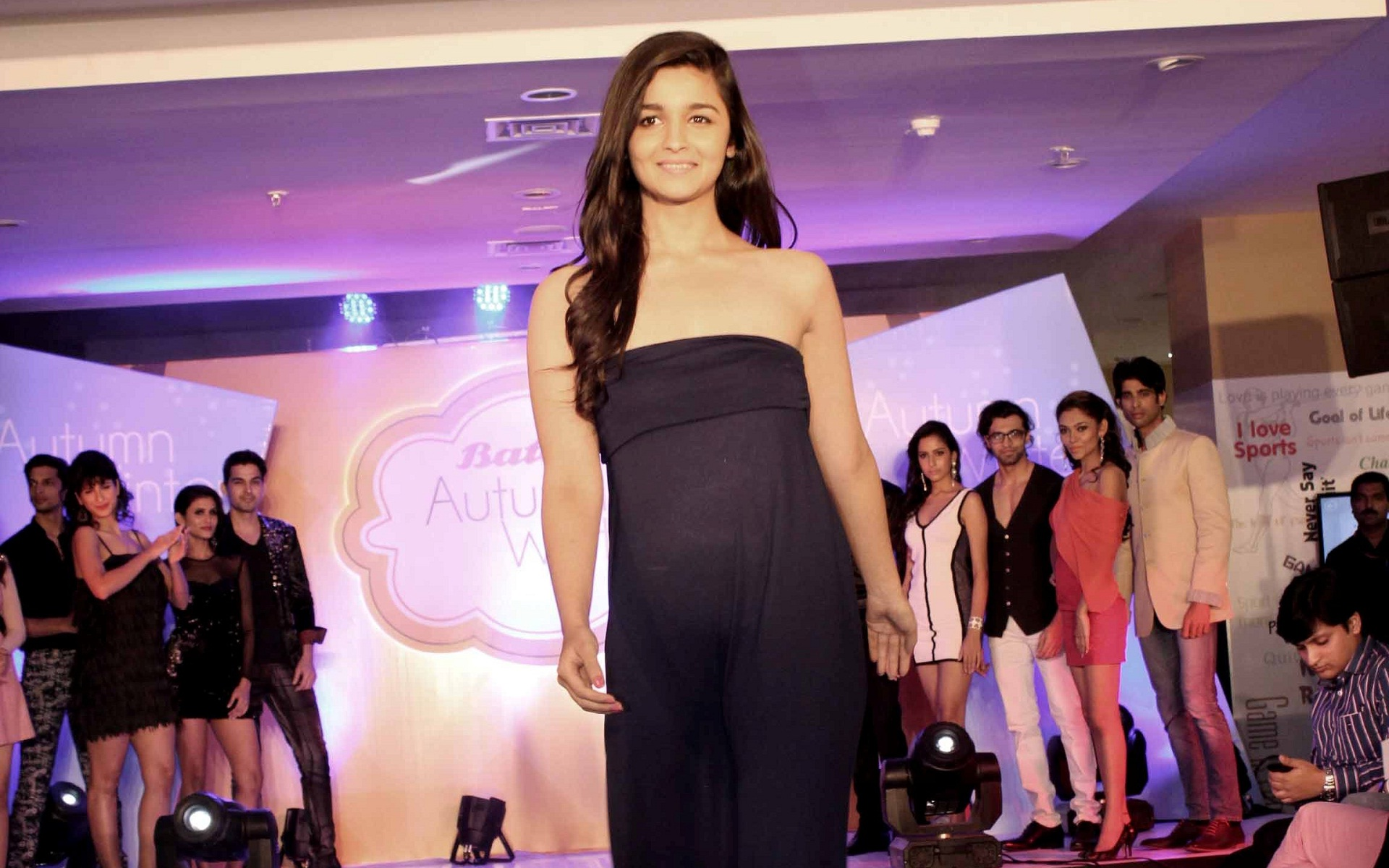 Alia Bhatt Hot Beauty In Black Dress Wallpapers And - Alia Bhatt Hot Beauty - HD Wallpaper