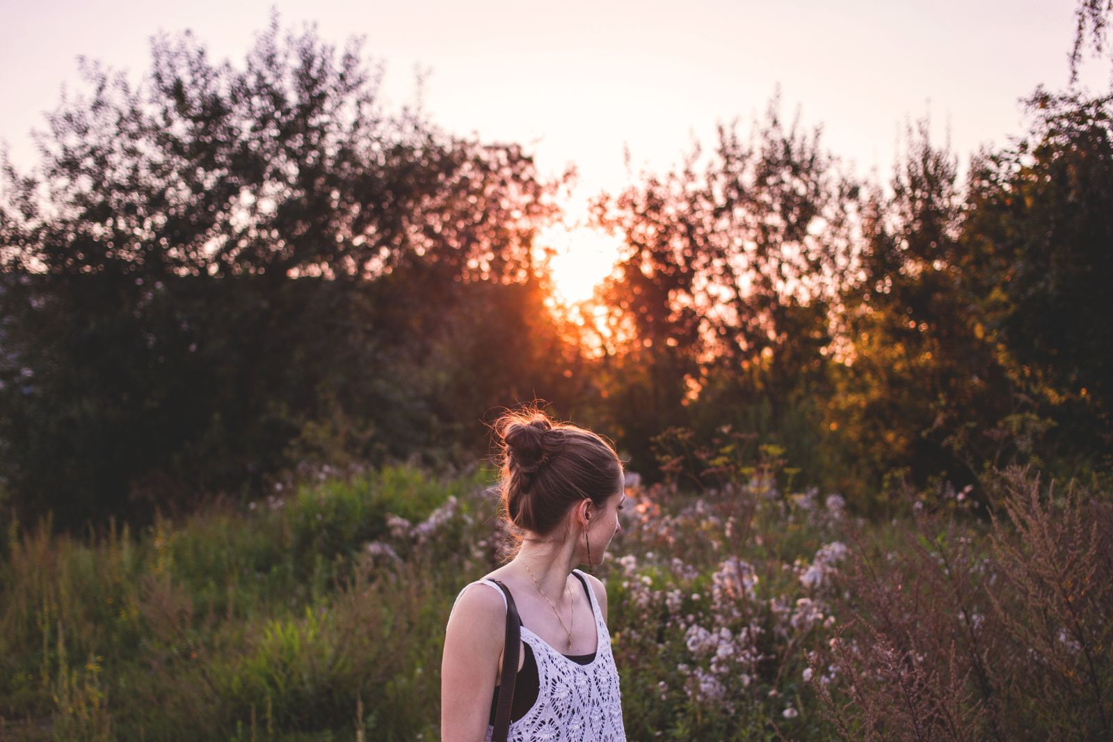 Woman Girl Beautiful Outdoors Trees Sunset Grass Flower - Nature Girl Looking Back - HD Wallpaper