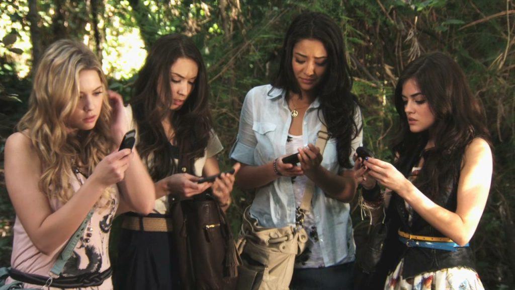 Group Chat Etiquette Cover Pic Hwb12419 - Pretty Little Liars Phone Scenes - HD Wallpaper