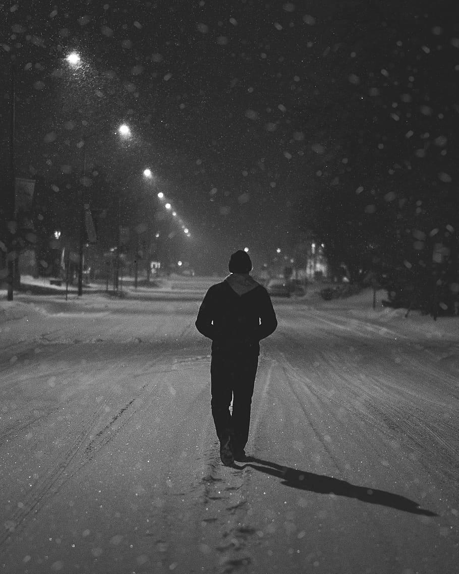 Snow, Street, Bandw, Cold, Night, Alone, Man, Walking, - Man Walking Alone In Winter - HD Wallpaper