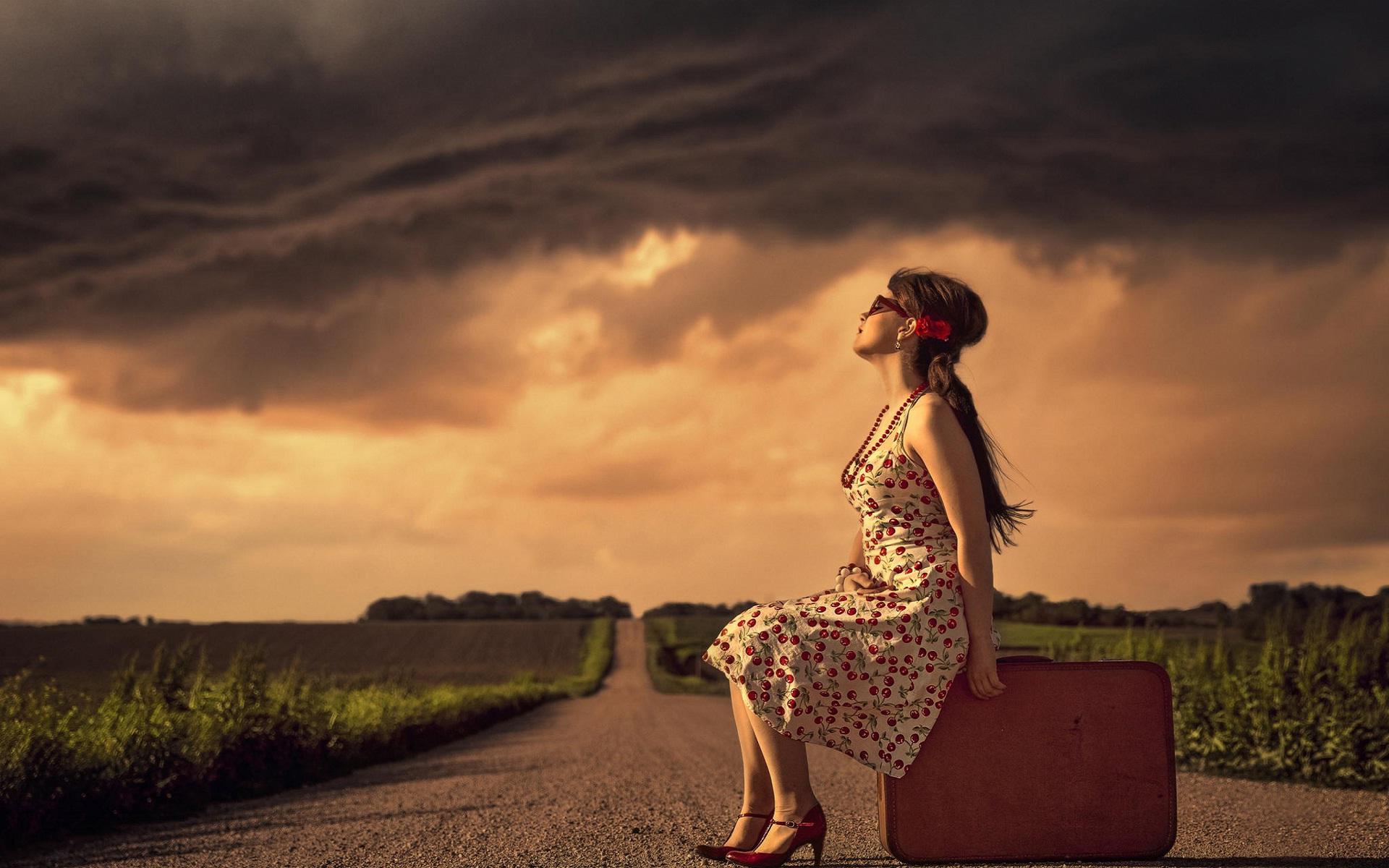 Alone Girl On Road Hd Wallpapers Wallpaperscharlie - Sad Two Line Romantic Shayari In Hindi - HD Wallpaper