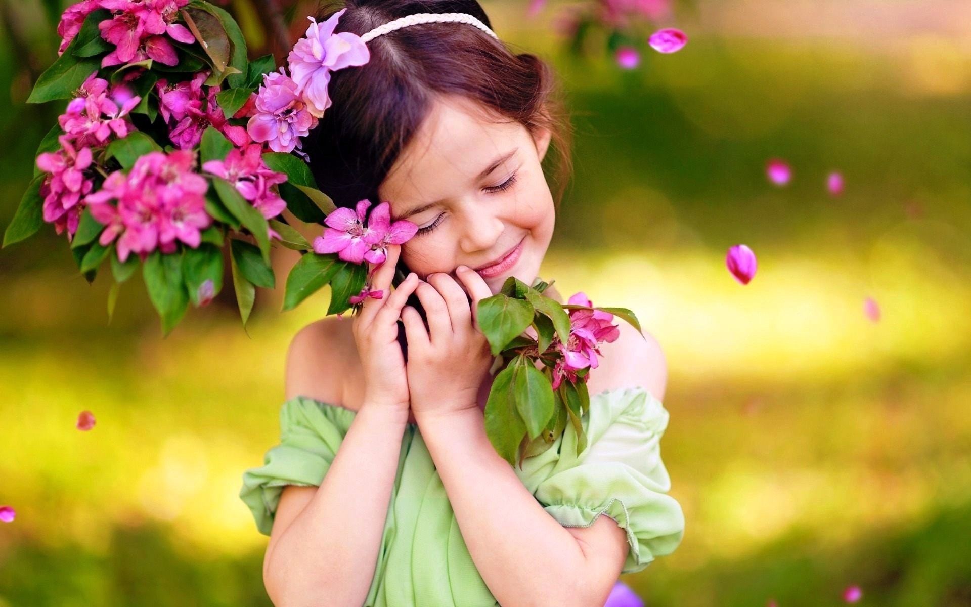 Source - Girl Baby With Flowers - HD Wallpaper