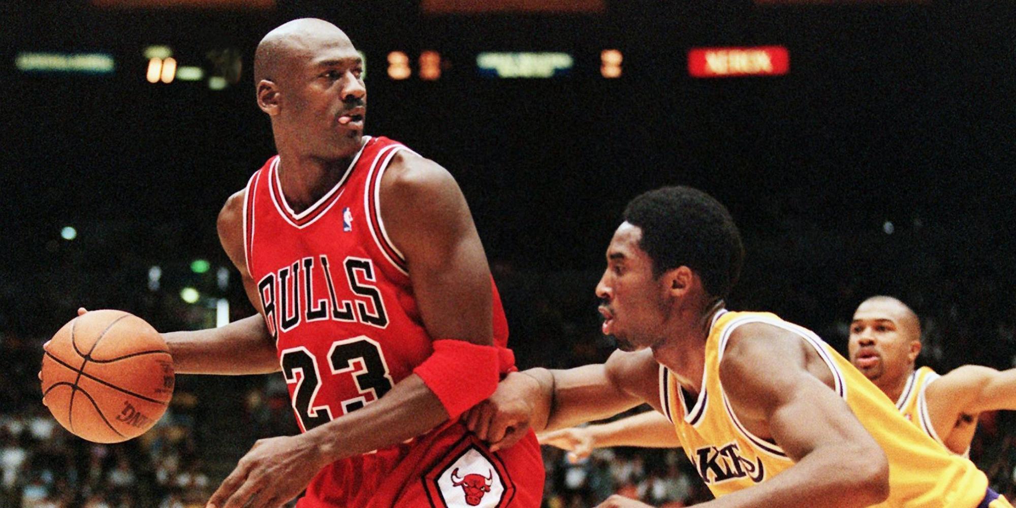 Kobe Guarding Michael Jordan - HD Wallpaper